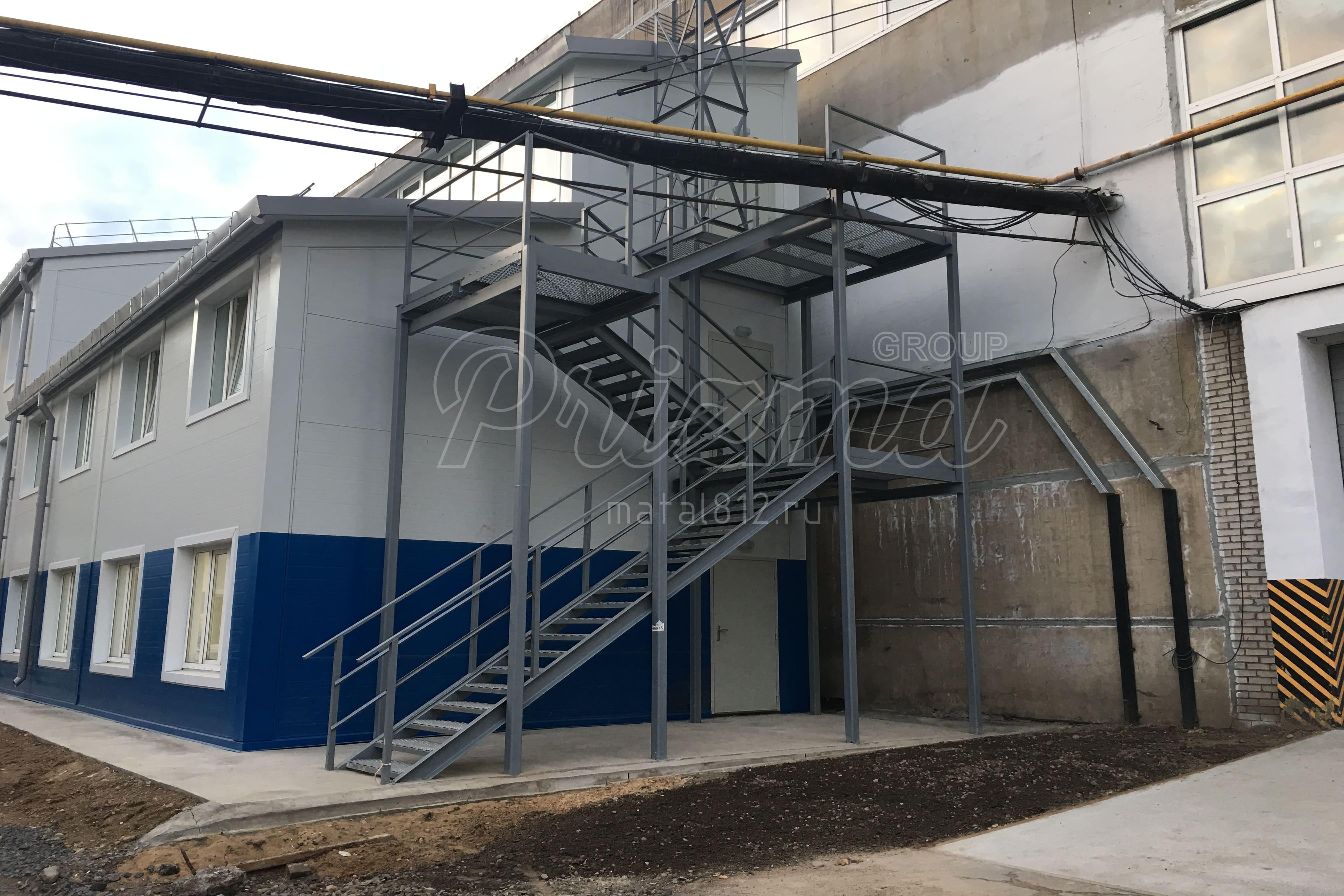 Стальная эвакуационная лестница П2 монтаж